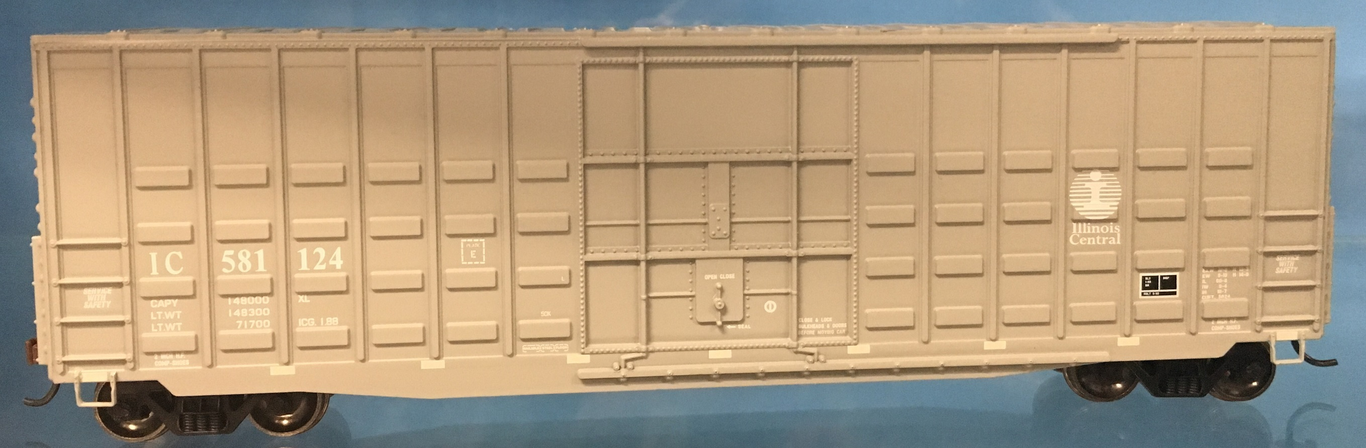 Athearn RND88069 HO Scale 50Ft Waffle HC Plug Door Box Illinois Central IC #581110